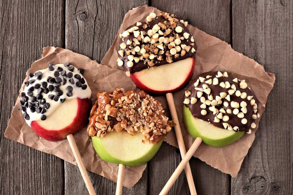 Mixed chocolate and caramel dipped candy apples rounds. | Photo: Shutterstock
