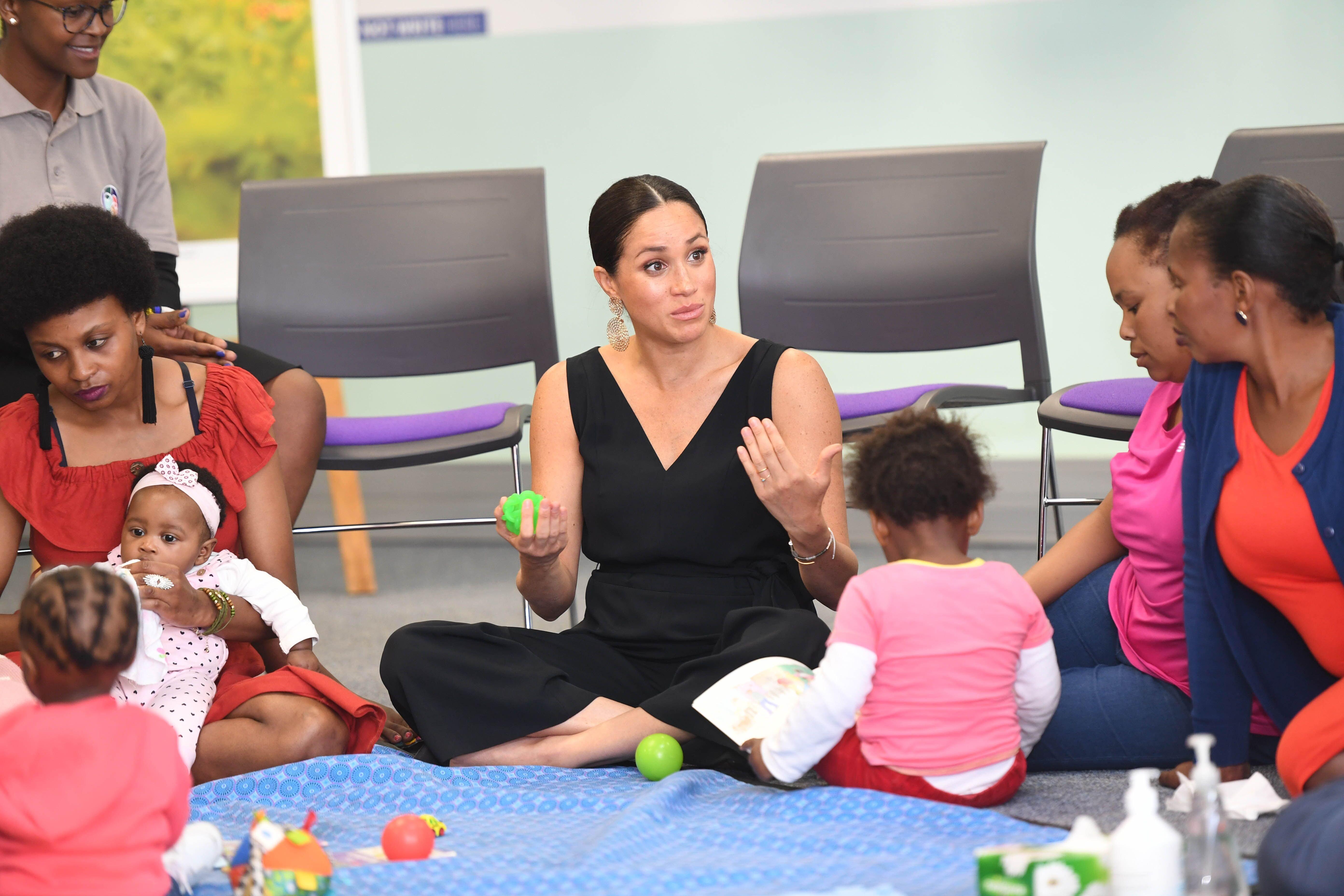 Meghan Markle rend visite à mothers2mothers pendant son voyage en Afrique du Sud.   Source : Getty Images