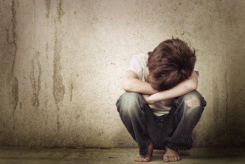 Un garçon perdu et seul. | Source : Shutterstock.