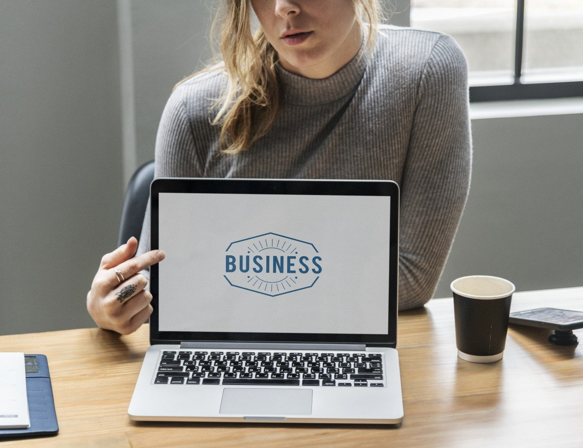 Mujer trabajando con computadora portátil. | Imagen: PxHere