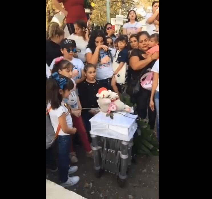 Civiles rodean el ataud de Ángela Victoria. Fuente: Facebook /  El Debate Culiacán