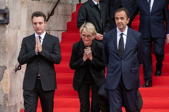Claude Chirac (C), fille de l'ancien président français Jacques Chirac, son fils Martin Rey-Chirac et son mari Frédéric Salat-Baroux (D) remercient le public à l'occasion des funérailles de Jacques Chirac, à l'Eglise Saint-Sulpice à Paris. | Photo : GettyImage