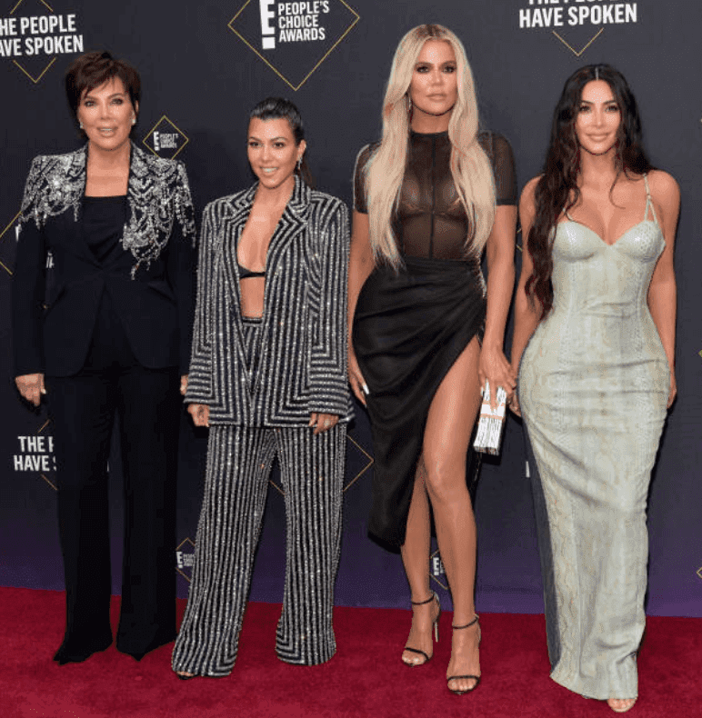 Kris Jenner, Kourtney Kardashian, Khloé Kardashian et Kim Kardashian posent côte à côte sur le tapis rouge pour le 2019 E ! People's Choice Awards, le 10 novembre 2019 à Santa Monica, Californie | Photo : Getty Images