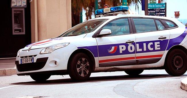 Voiture de police dans la rue | Photo : Shutterstock
