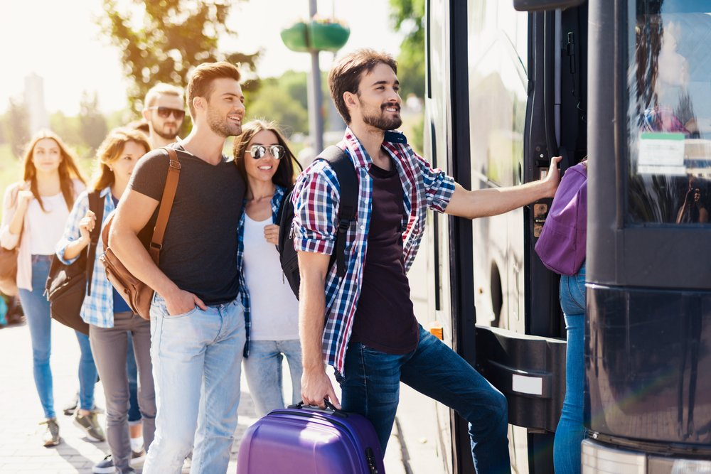 A group of tourists preparing to get on the bus. | Photo: Shutterstock
