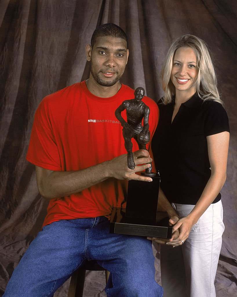 Tim Duncan and Amy Sherill holding Tim's MVP Trophy for a studio portrait on May 9, 2002 | Photo: Getty Images