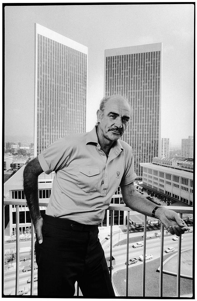 Sean Connery prenant la pose en 1986. l Source : Getty Images