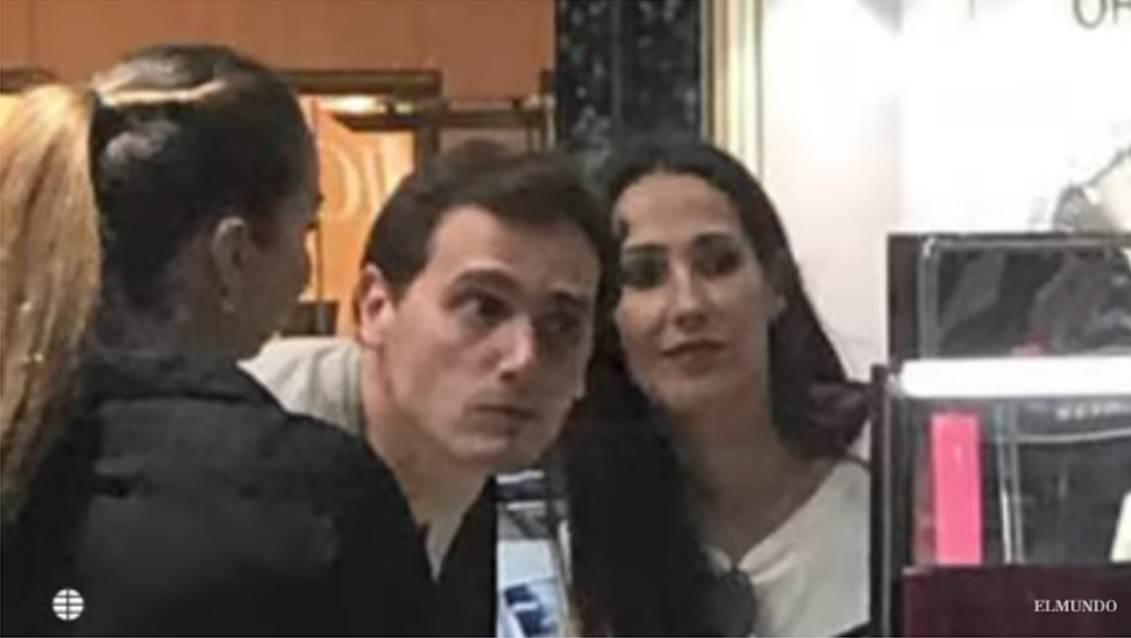 Albert Rivera y Malú son fotografiados en tienda de maquillaje | Fuente: YouTube/El Mundo