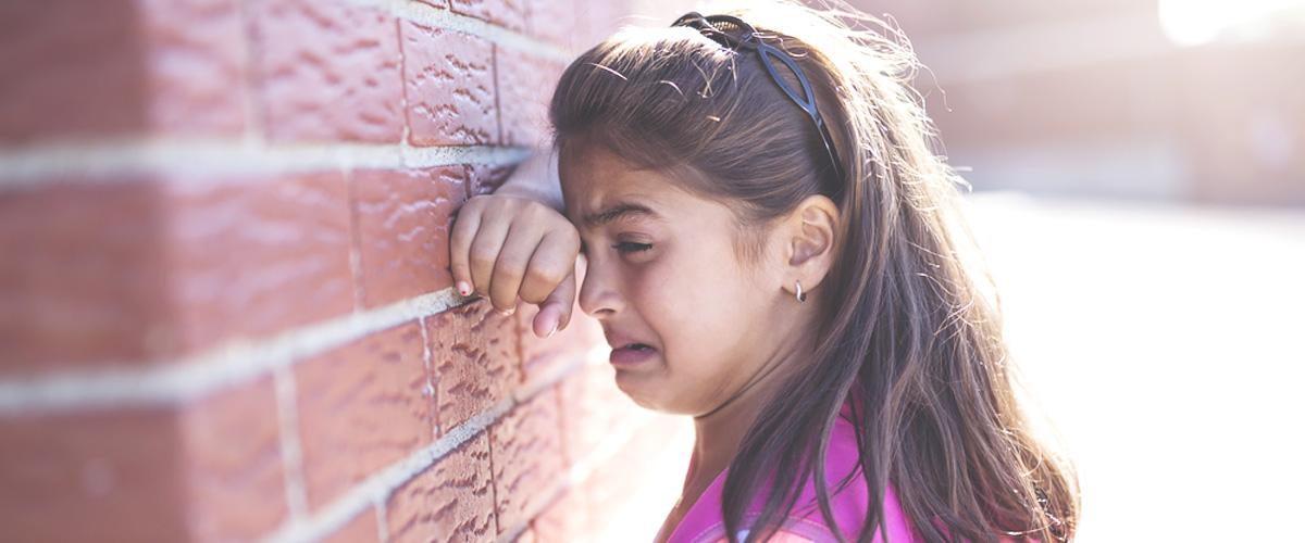 Mamá de la niña expulsada de un campamento: 'Cree que es su culpa, que no consigue ser normal'