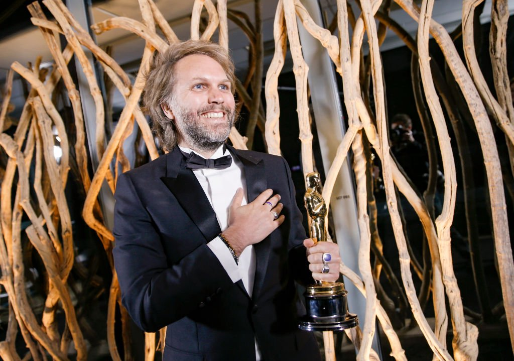 Florian Zeller pose avec sa statuette aux Oscars après avoir remporté le meilleur scénario adapté pour le `` Père '' lors d'une projection des Oscars le lundi 26 avril 2021 à Paris, France. | Photo : Getty Images