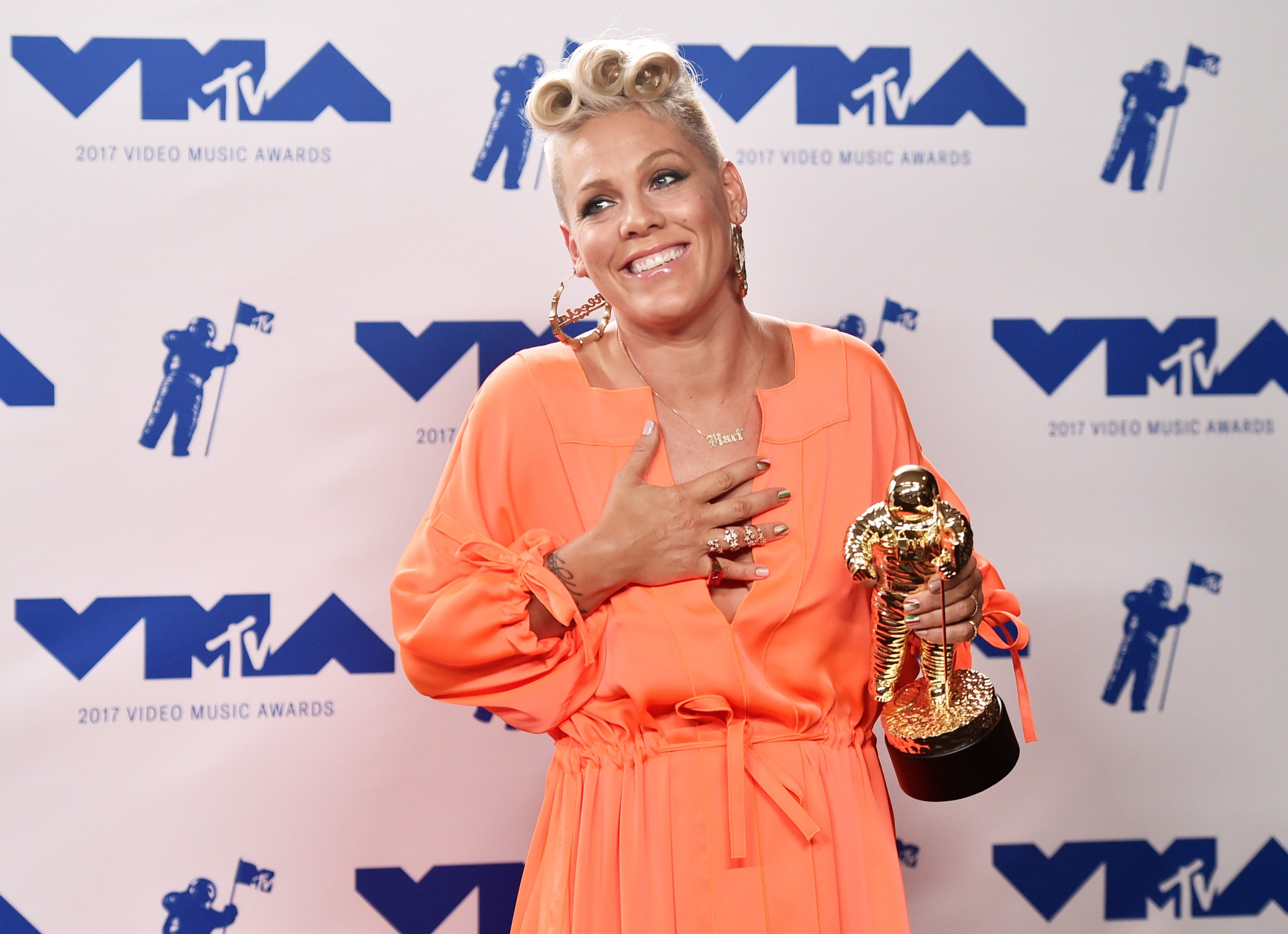 Singer Pink faces the press after she was awarded with a Michael Jackson Video Vanguard Award in 2017.   Photo: Getty Images