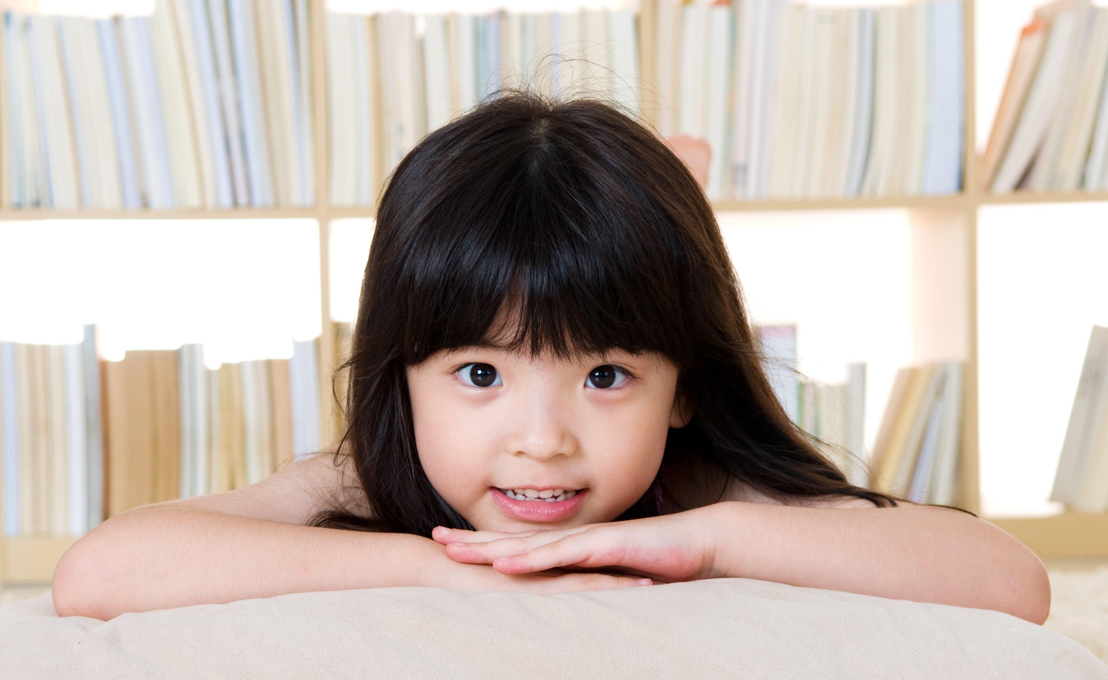 Une fille qui se repose sur ses mains. Source : Shutterstock