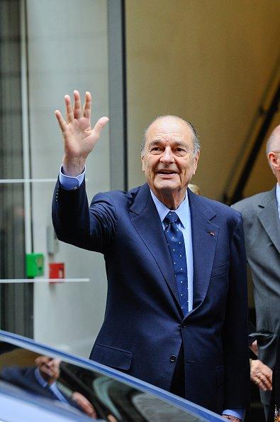jacques Chirac sort après une visite à la Fondation Chirac Cérémonie du Troisième Prix dédié à la prévention des conflits, au Musée du quai Branly, le 24 novembre 2011 à Paris.   Photo : Getty Images