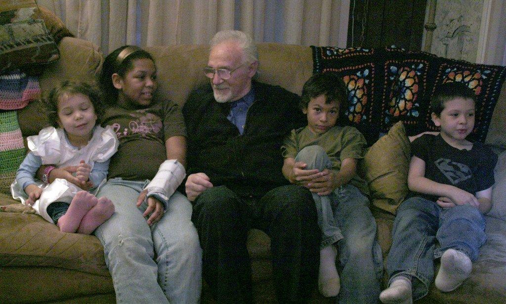 Anciano compartiendo con un grupo de niños. | Imagen: Flickr