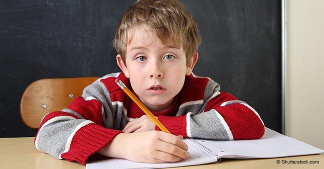Schuldirektor stellt Schüler fragen, um zu ermitteln, ob er Klassen überspringen kann