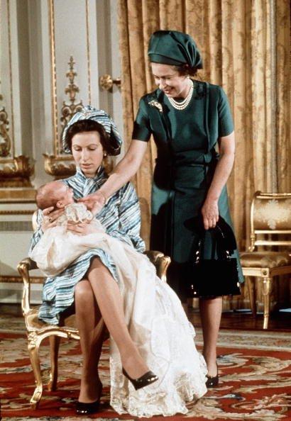 La reina Elizabeth II con la princesa Anne y su primer nieto, Peter Phillips, posan para una fotografía el 20 de noviembre de 1977 en Balmoral, Inglaterra.   Fuente: Getty Images