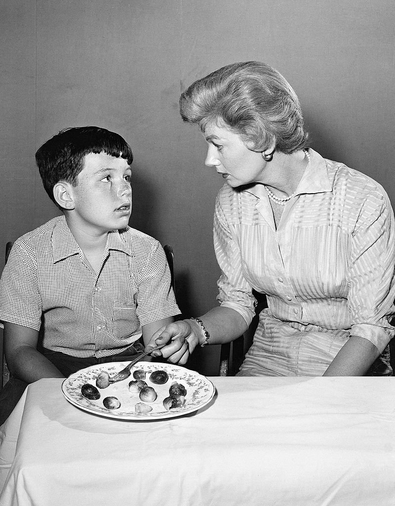LEAVE IT TO BEAVER -  A Young Jerry Mathers on set with Barbara Billingsley | Photo : Getty Images)