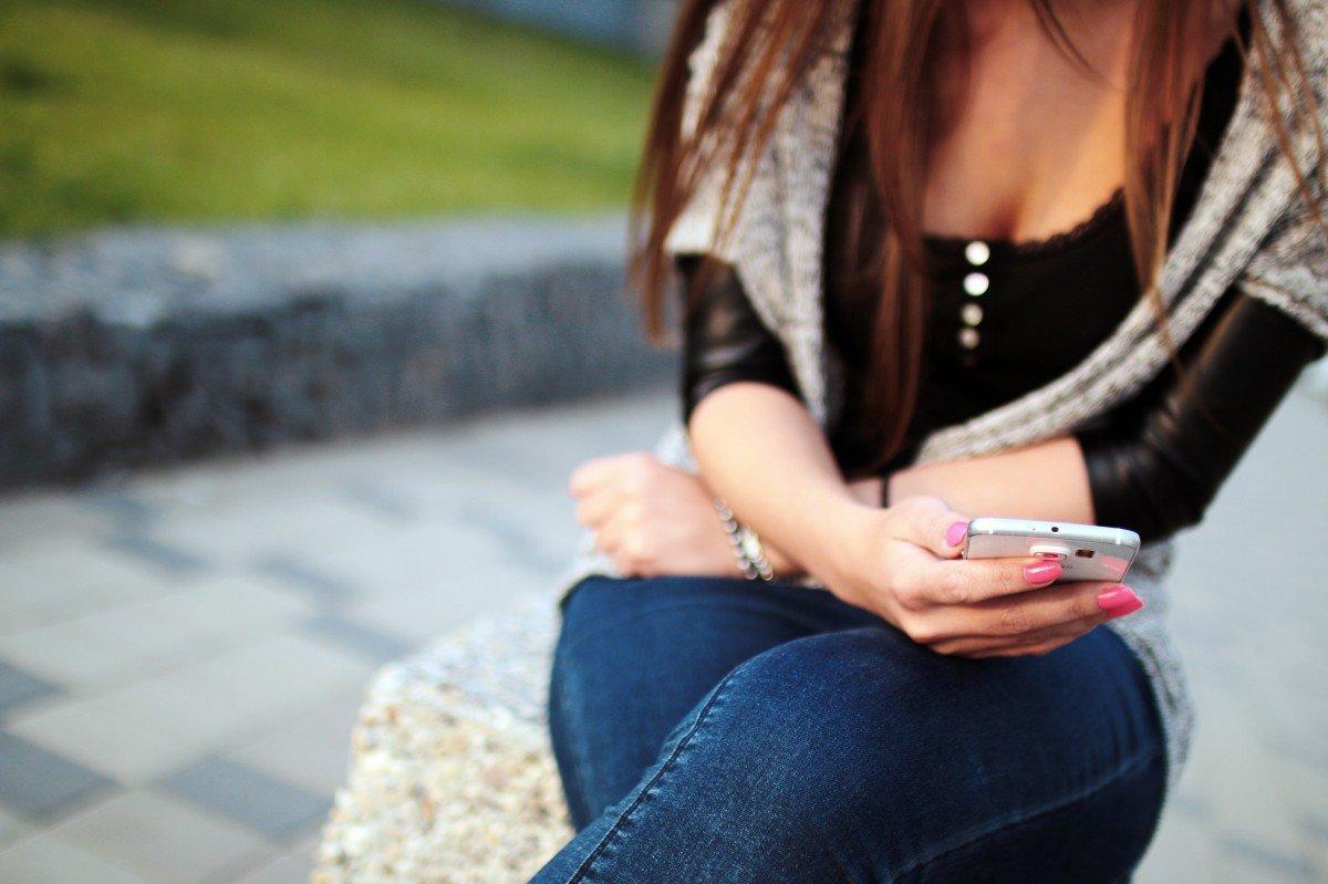 Une femme qui écrit sur son portable. | Photo : PxHere
