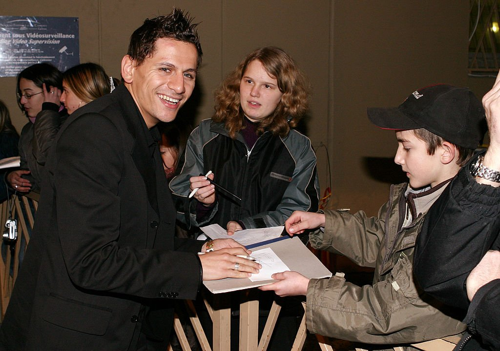 Linkup signing autographs during 2004 NRJ Music Awards | Photo : Getty Images