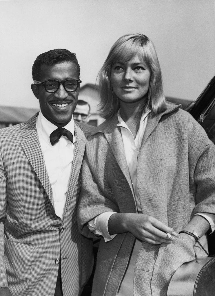 The American singer, actor and dancer Sammy Davis Jr. (1925-1990) with his future wife, the actress May Britt, during a visit to London   Photo: Getty Images