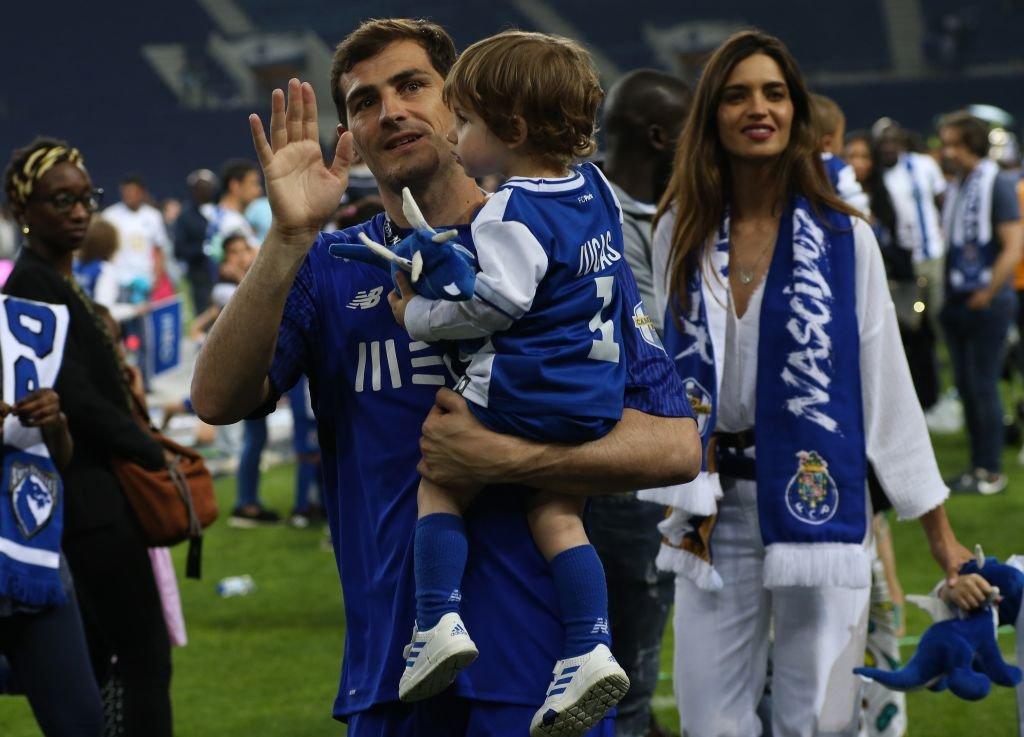 Iker Casillas cargando a su hijo Lucas.l Fuente: Getty Images