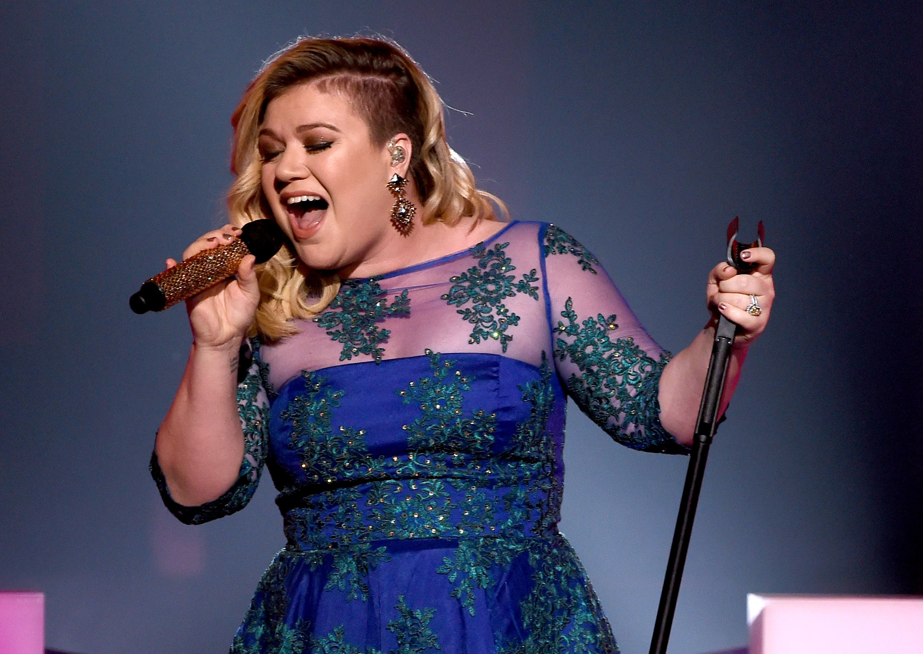 Singer Kelly Clarkson performs 'Heartbeat Song' onstage at the 2015 iHeartRadio Music Awards on The Shrine Auditorium on March 29, 2015 | Photo Getty Images
