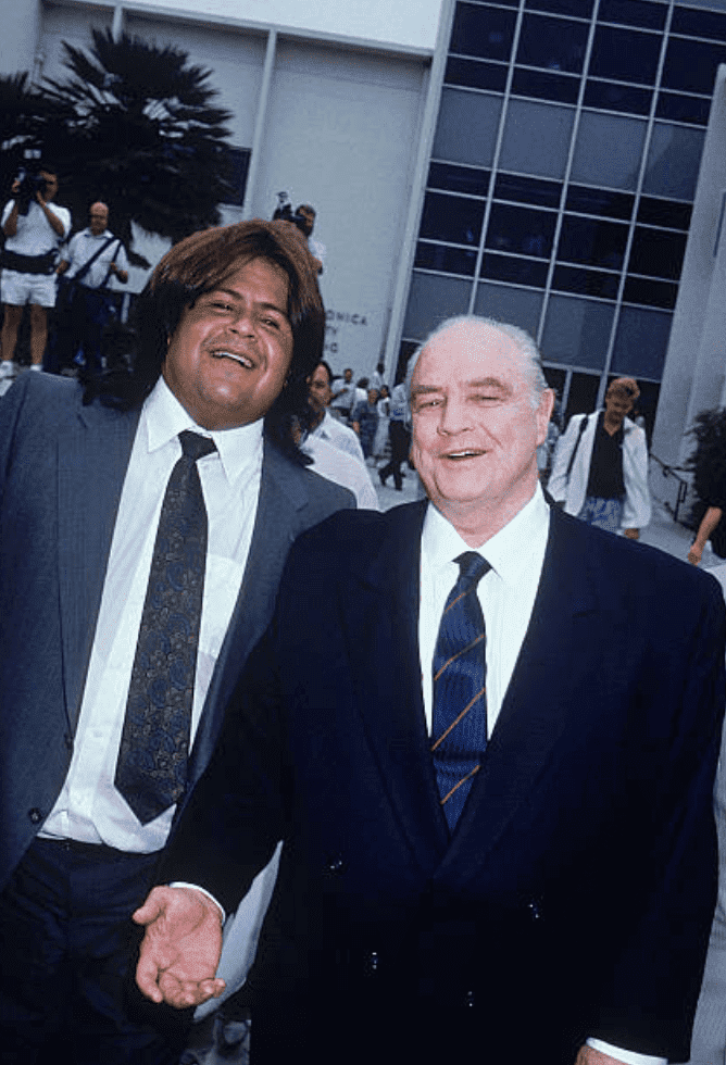 Marlon Brando walking to courthouse with Miko Brando for Christian Brando murder charges, on September 1990, Santa Monica, California | Source: Getty Images