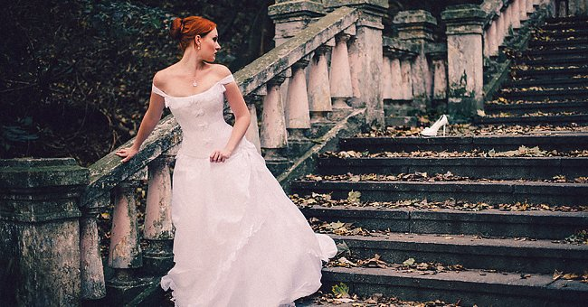 A bride looking back at her lost shoe on her wedding day | Photo: Shutterstock