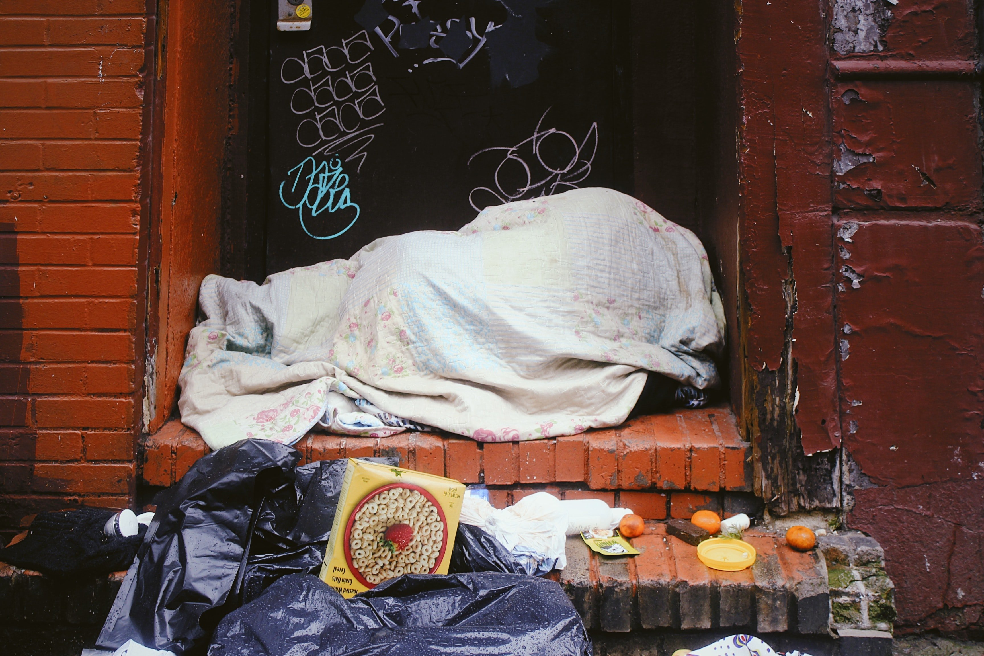 The homeless girl would sleep by a doorstep every night. | Source: Unsplash