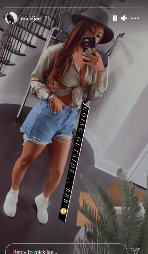 Jasmine Jordan shows of her figure in a casual outfit with a mirror selfie.   Photo: Instagram/mickijae