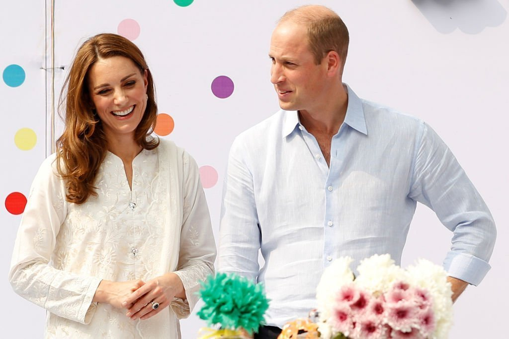 Prince William, duc de Cambridge et Catherine, duchesse de Cambridge, visitent le village d'enfants SOS lors de leur tournée royale au Pakistan | Photo: Getty Images