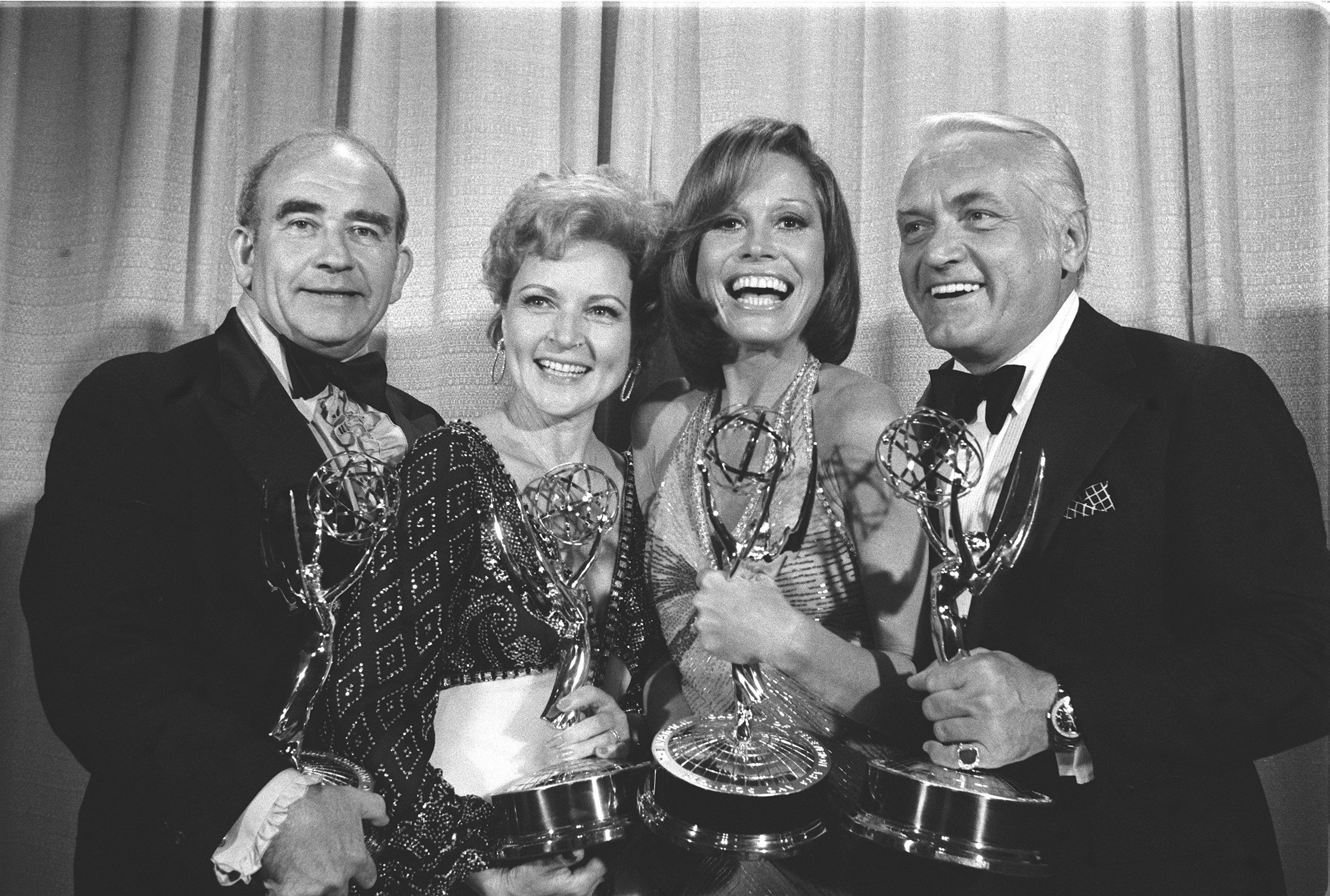 LOS ANGELES - JANUARY 1: THE MARY TYLER MOORE SHOW: Emmy Awards. (from left) Edward Asner, Betty White, Mary Tyler Moore, Ted Knight. |Source: Getty Images