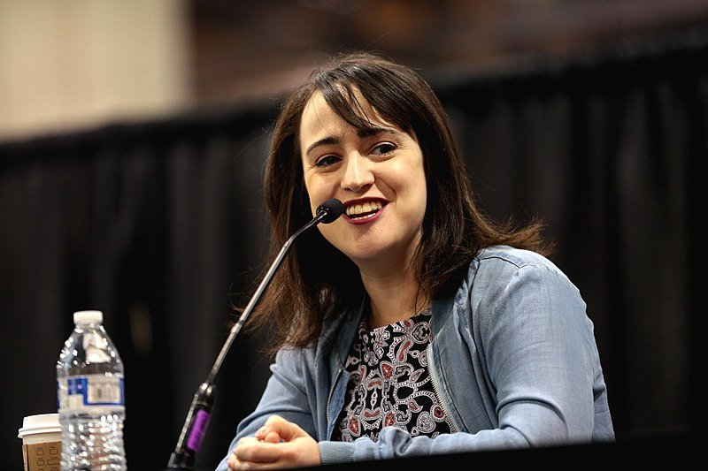 Mara Wilson speaking with attendees at the 2017 Phoenix Comicon Fan Fest. | Source: Wikimedia Commons