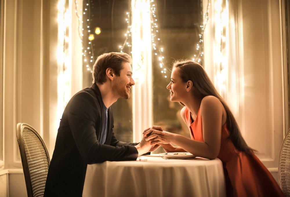 Dulce pareja teniendo una cena romántica. | Fuente: Shutterstock