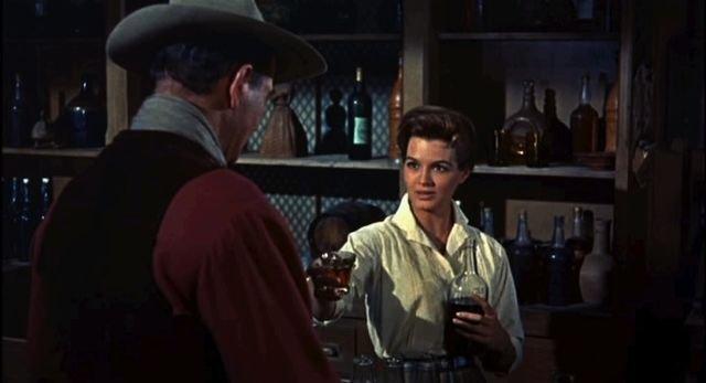 John Wayne y Angie Dickinson del trailer de la película Rio Bravo en 1959. | Fuente: Wikimedia Commons.