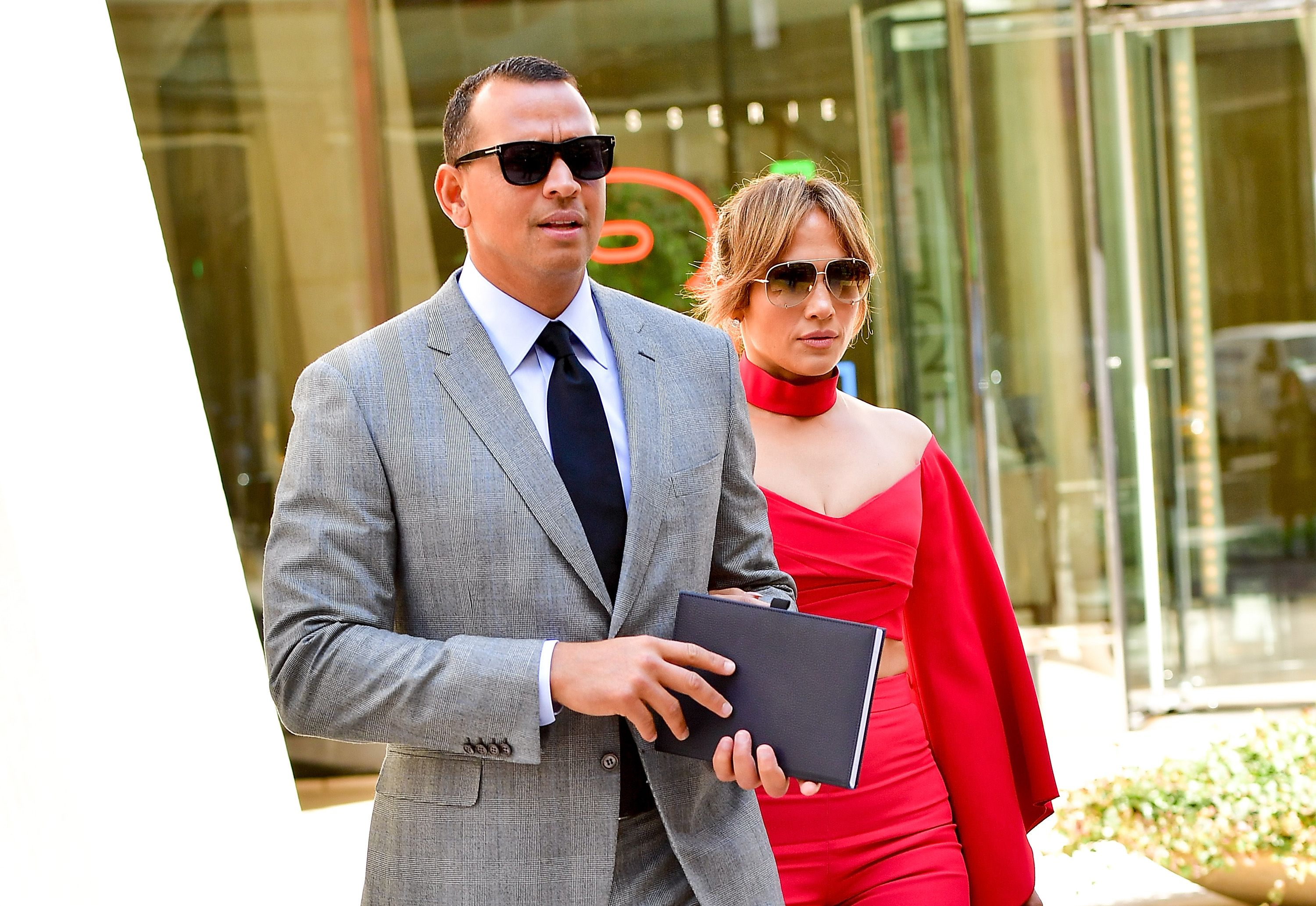 Alex Rodriguez and Jennifer Lopez leave the Solow Building on April 3, 2017 | Photo: Getty Images