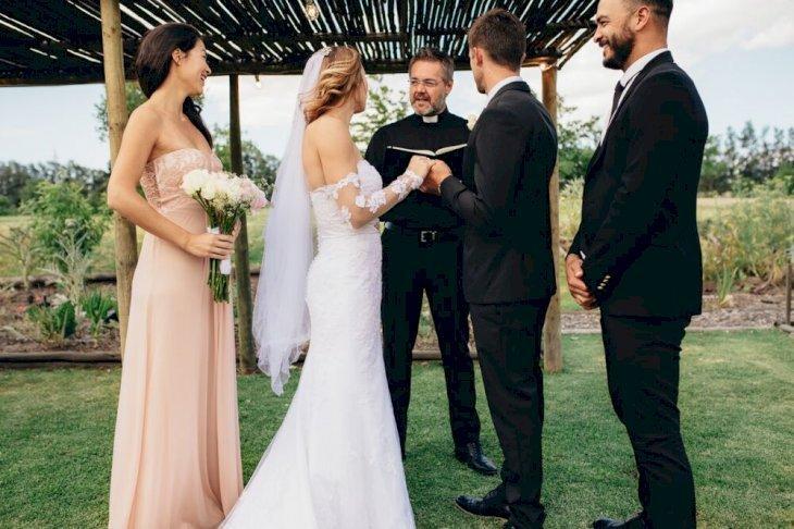 Un couple à sa cérémonie de mariage. l Source: Shutterstock