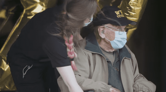 William Lapschies, 104 ans, survivant du coronavirus, fêtant son anniversaire le 1er avril 2020 | Photo : YouTube/ L'Oregonien.