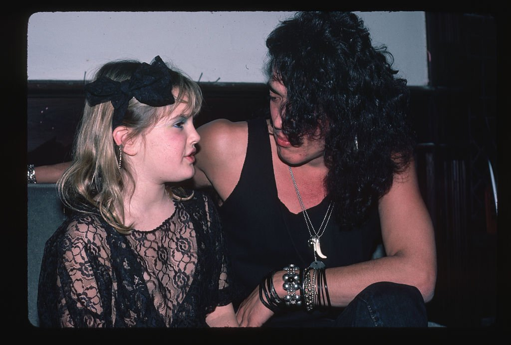 Lead singer for the heavy metal group Ratt, Stephen Pearcy, speaks with child actress Drew Barrymore at a party, January 1985 | Source: Getty Images