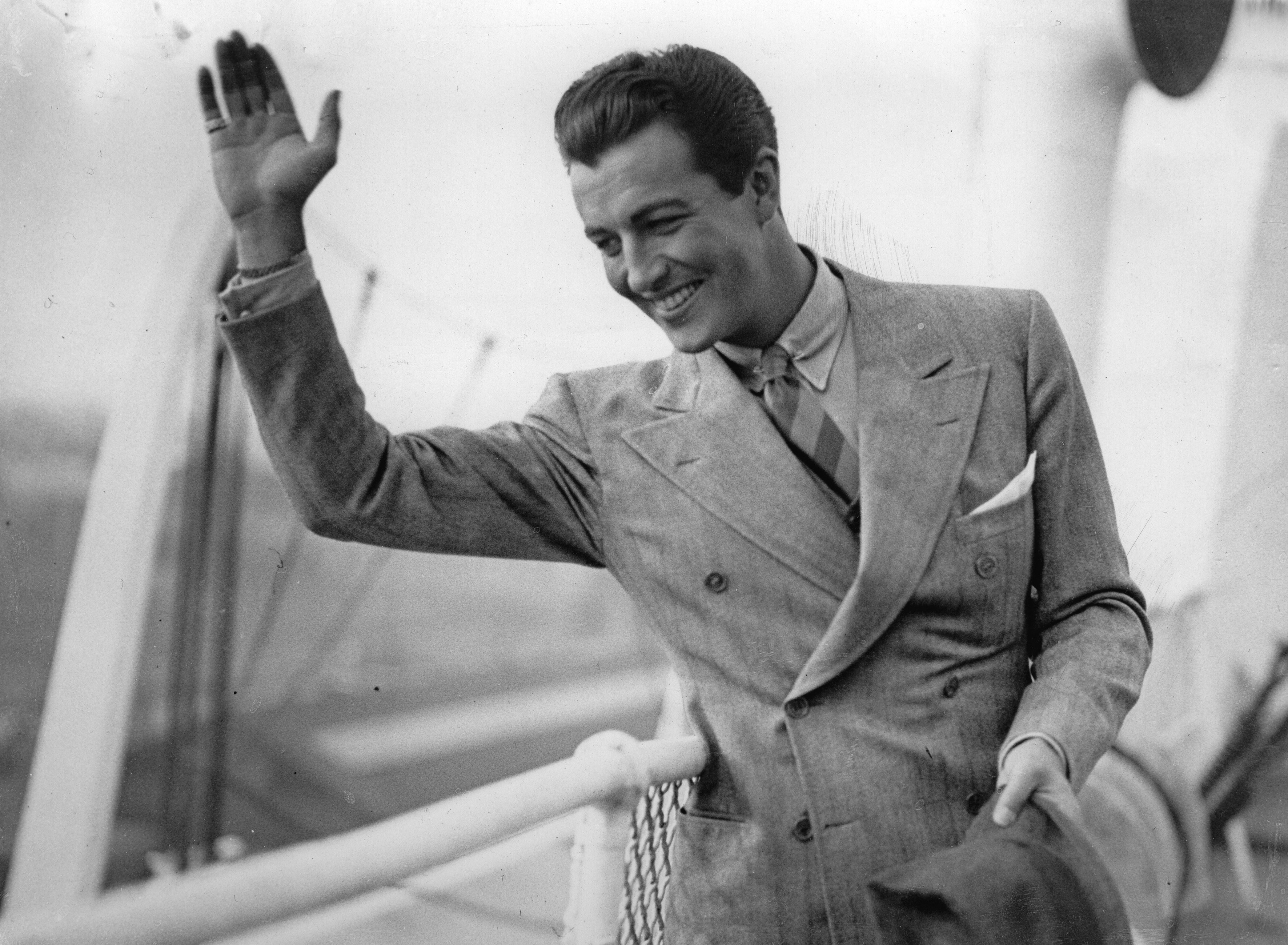 The US-american actor Robert Taylor at his arrival in the harbour of Southampton. On the ship BERENGARIA. August 27th 1937. Photograph. | Source: Getty Images