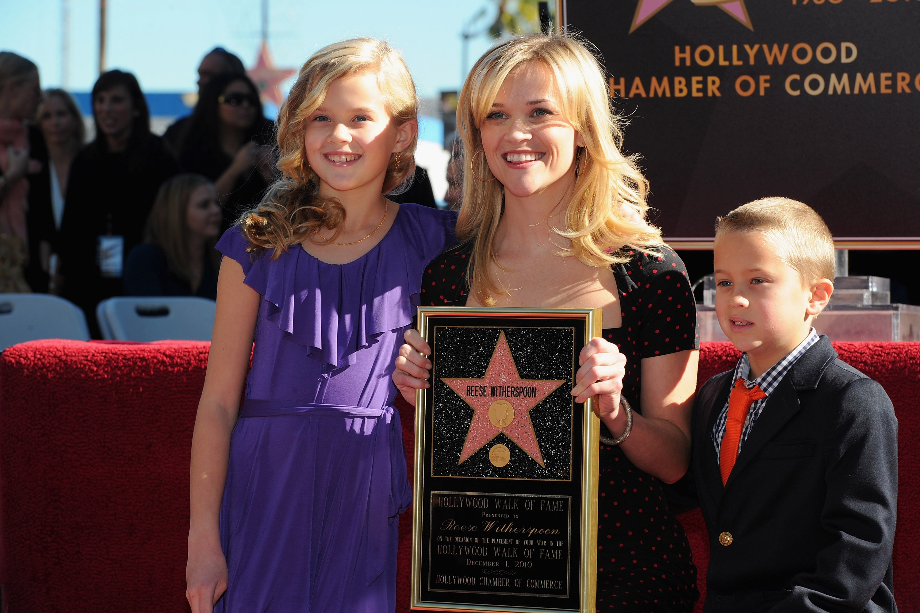 Reese Witherspoons with kids Ava and Deacon Phillip at the Hollywood Walk of Fame in Hollywood, California on December 1, 2010 | Photo: Getty Images