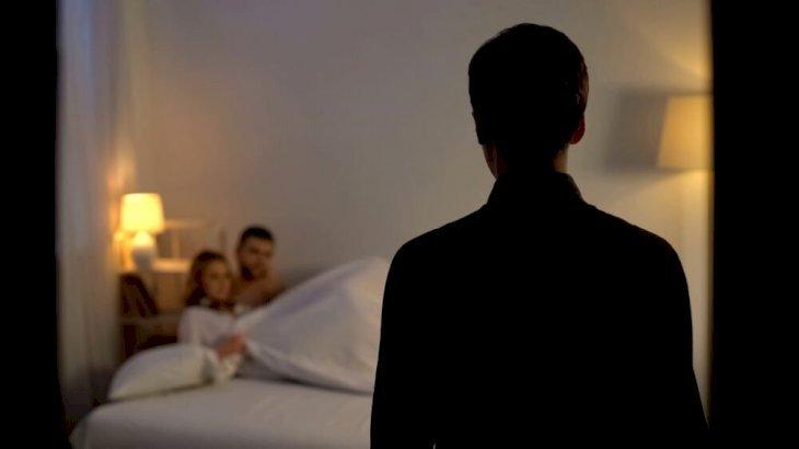 Un homme découvrant sa femme avec un autre homme. l Source: Shutterstock