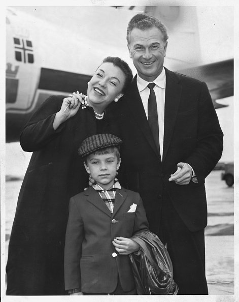 Eddie Albert with his wife Margot and his son Eddie at London Airport, 1957. | Photo: Getty Images