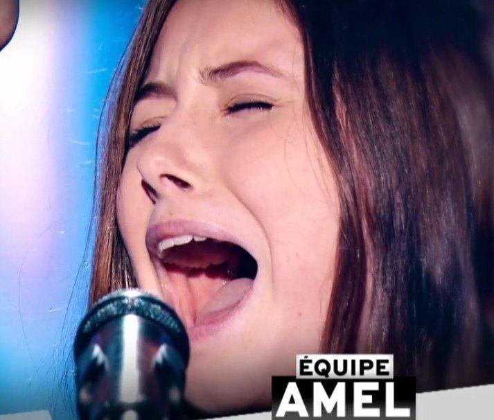 Amélie qui a rejoint l'équipe d'Amel Bent. l Source : TF1 Replay
