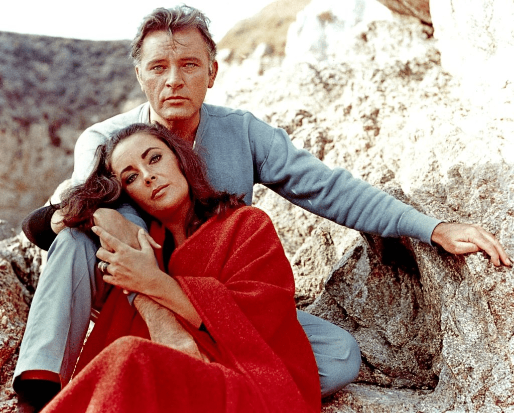 "Elizabeth Taylor et Richard Burton sur le plateau du film ""The Sandpiper"" en 1965. 