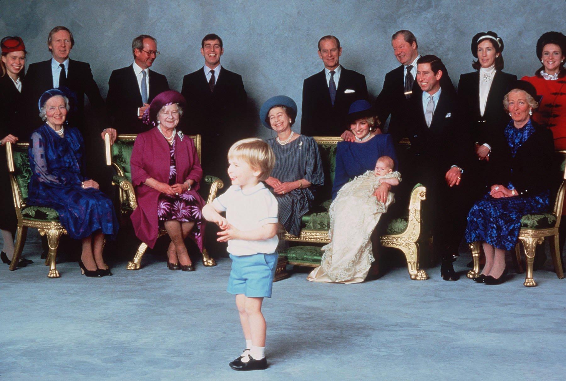 Parientes reales y padrinos que se divierten con las travesuras del joven Príncipe William, el Príncipe Harry es bautizado en el Castillo de Windsor, el 21 de diciembre de 1984 en Windsor, Inglaterra. |Imagen: Getty images
