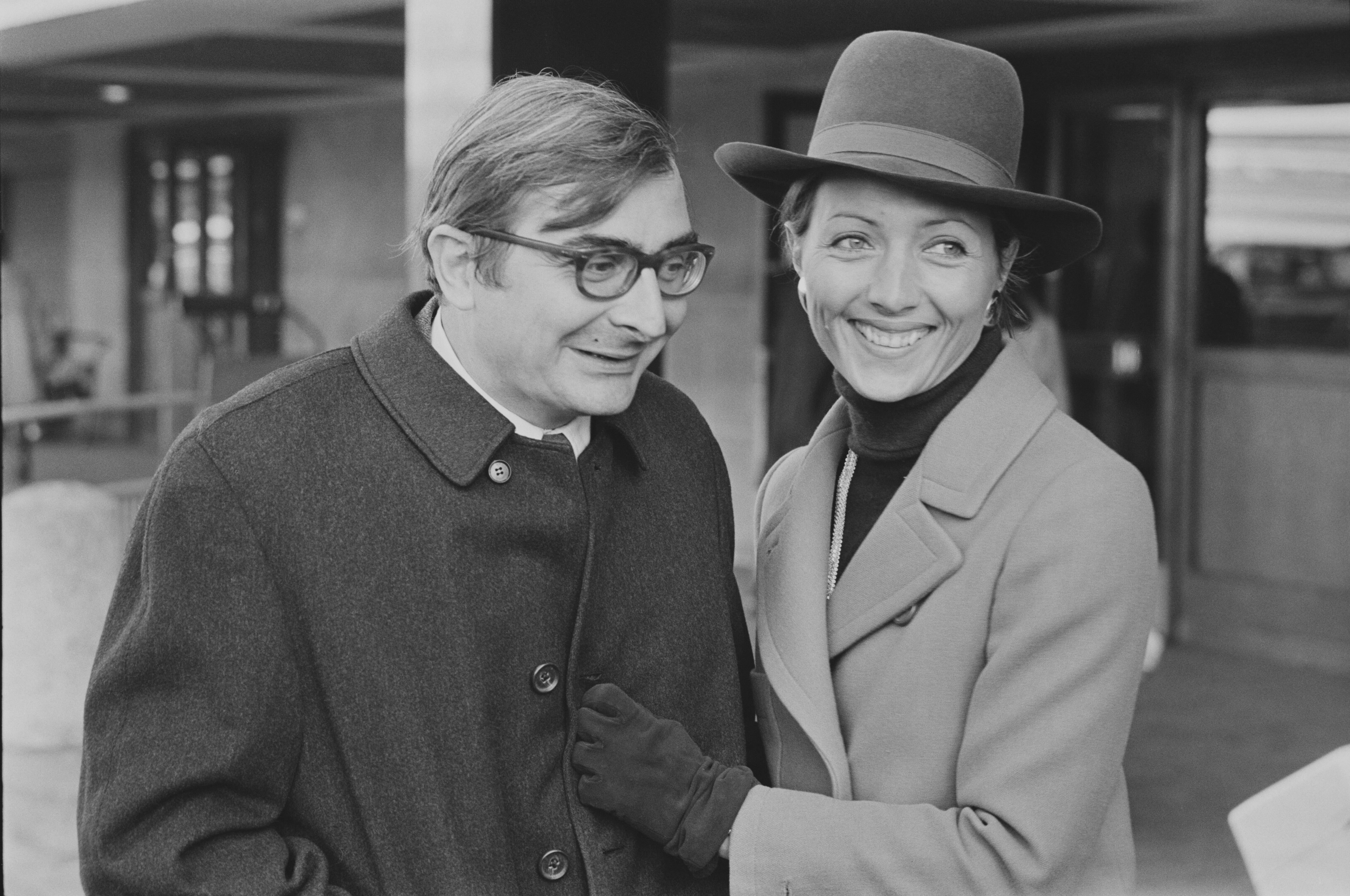Claude Chabrol avec son épouse, Stéphane Audran à l'aéroport d'Heathrow, Londres, Royaume-Uni. | Photo : Getty Images