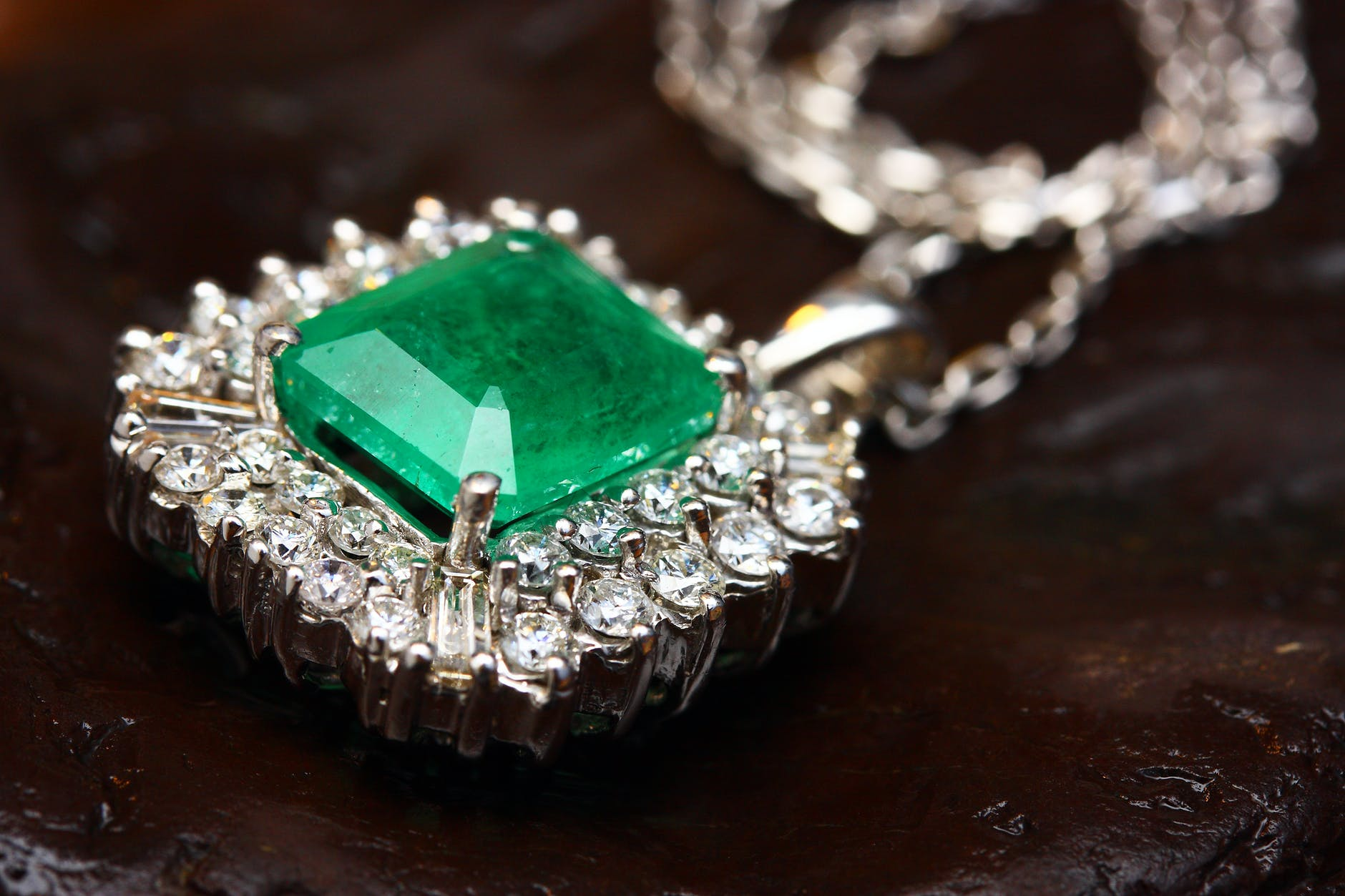 An emerald necklace | Source: Pexels