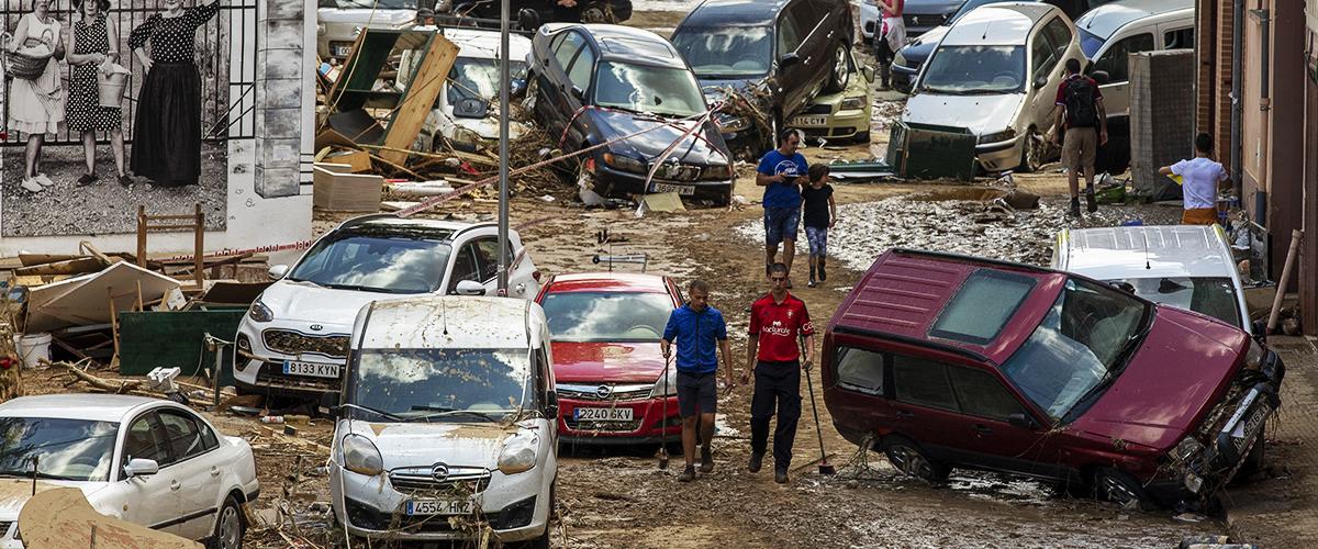 Lluvias en Navarra: vehículos flotando y tramos de carretera arrancados por la inundación
