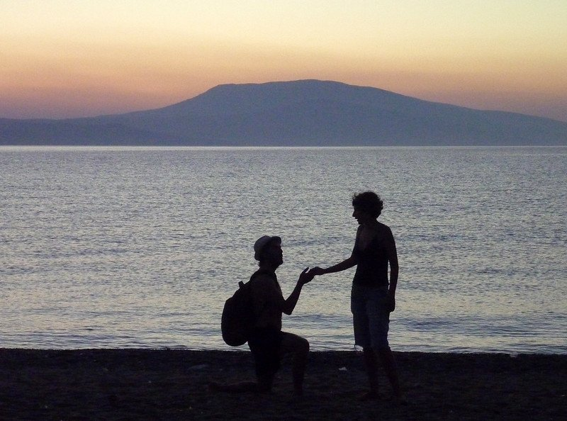 Man proposes to a woman on a beach.   Photo: Flickr